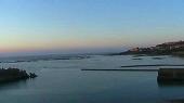 朝日に映える亀津の町