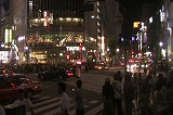 夜のスクランブル交差点