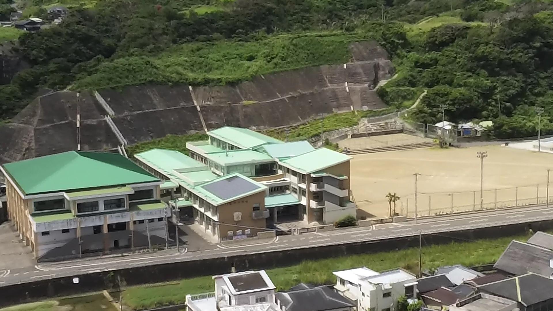 亀津中学校を安住寺上空から空撮