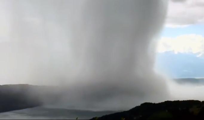 【よく撮影した!】雲の底が抜けたような局所的豪雨