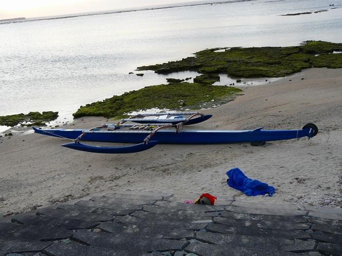 亀津海岸に大型カヌー
