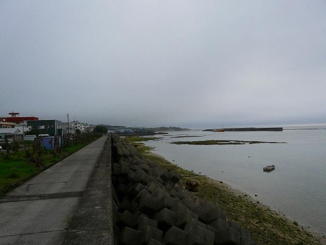梅雨空の亀津東区海岸