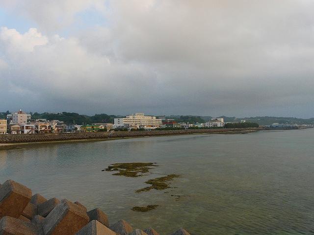 亀津漁港より東区市街地を望む